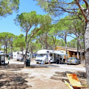 autocaravanista en camping girona